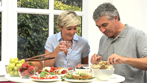 Chăm sóc bệnh nhân tai biến mạch máu bằng chế độ ăn hợp lý