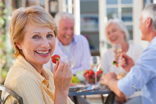 sâm ngâm rượu rất hiệu quả đối với sức khỏe người lớn tuổi