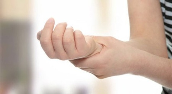 Triệu chứng tai biến mạch máu não: Cầm nắm khó khăn