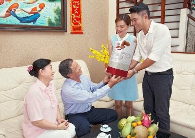 Tư vấn chọn mua quà tết cho bố mẹ vợ thêm yêu mến chàng rể